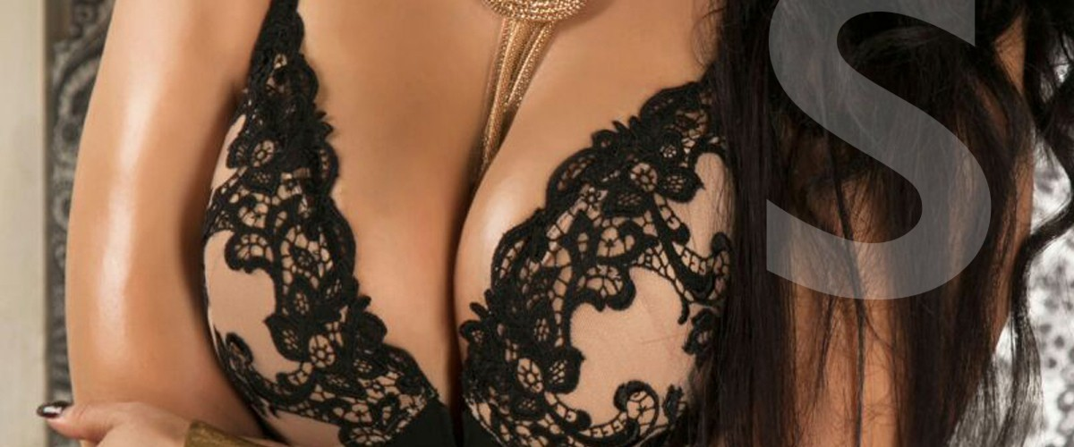 Samanta escort en Madrid con un pecho natural de talla 100. va con un conjunto de ropa de lencería negro
