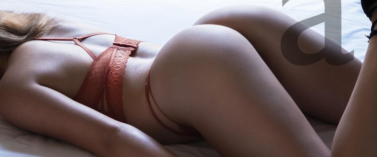 Angela en lencería roja y sugerente postura